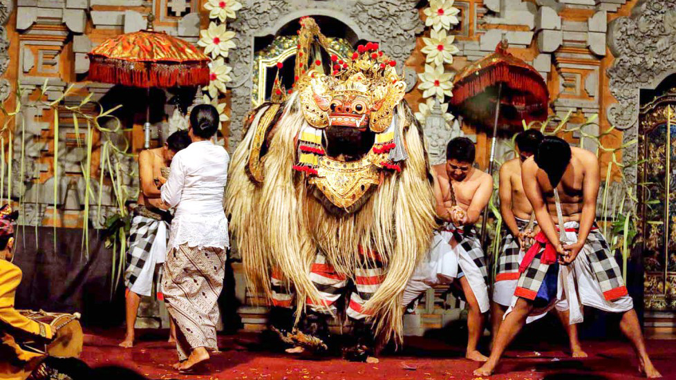 The famous Barong dance tells the story of the eternal battle between good and evil, depicting Barong, a lion-like mythical creature in Balinese mythology against Rangda, the demon queen of leak who leads an army of evil witches. This sacred dance is usually performed at Ubud Palace (Puri Saren Agung) in Bali.