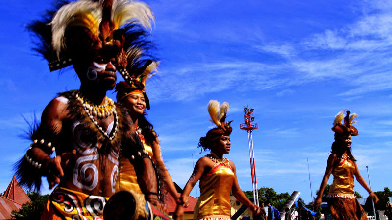 This dance is a war dance symbolizing the heroic and the valor of the Papuan People.  Suanggi is usually happens when the head of the tribe of papua will order his soldiers to fight. The dance has a purpose to tell the soldiers to keep their spirit and keep blazing their passion.